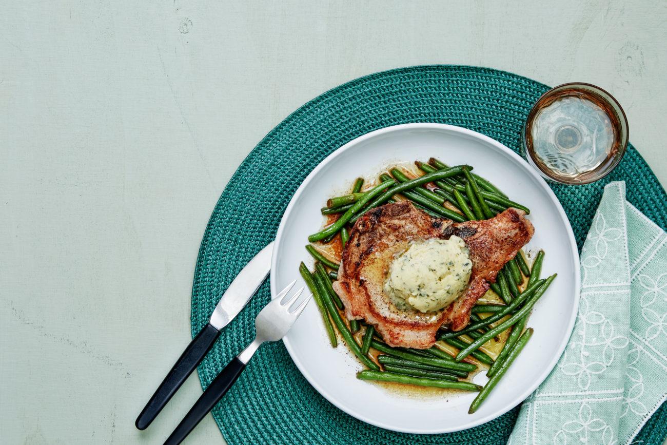 Свиные стейки на кости с зеленой фасолью и чесночным маслом