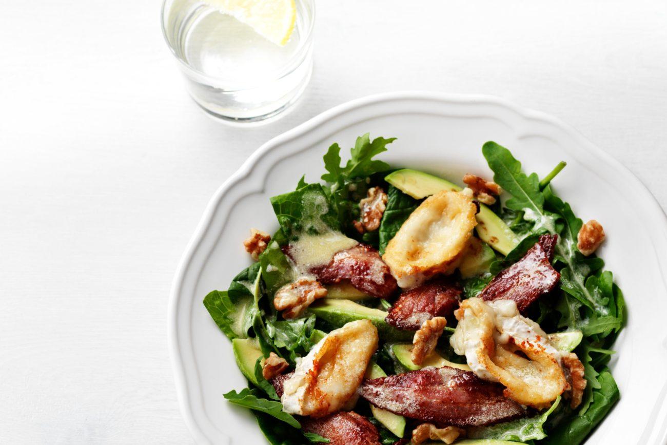 Кето-салат из авокадо, бекона и козьего сыра