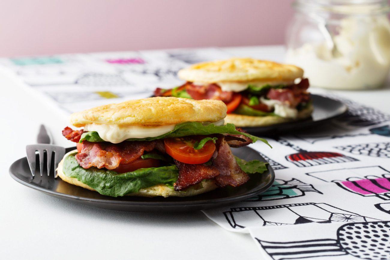 Кето-сэндвич с беконом и салатом