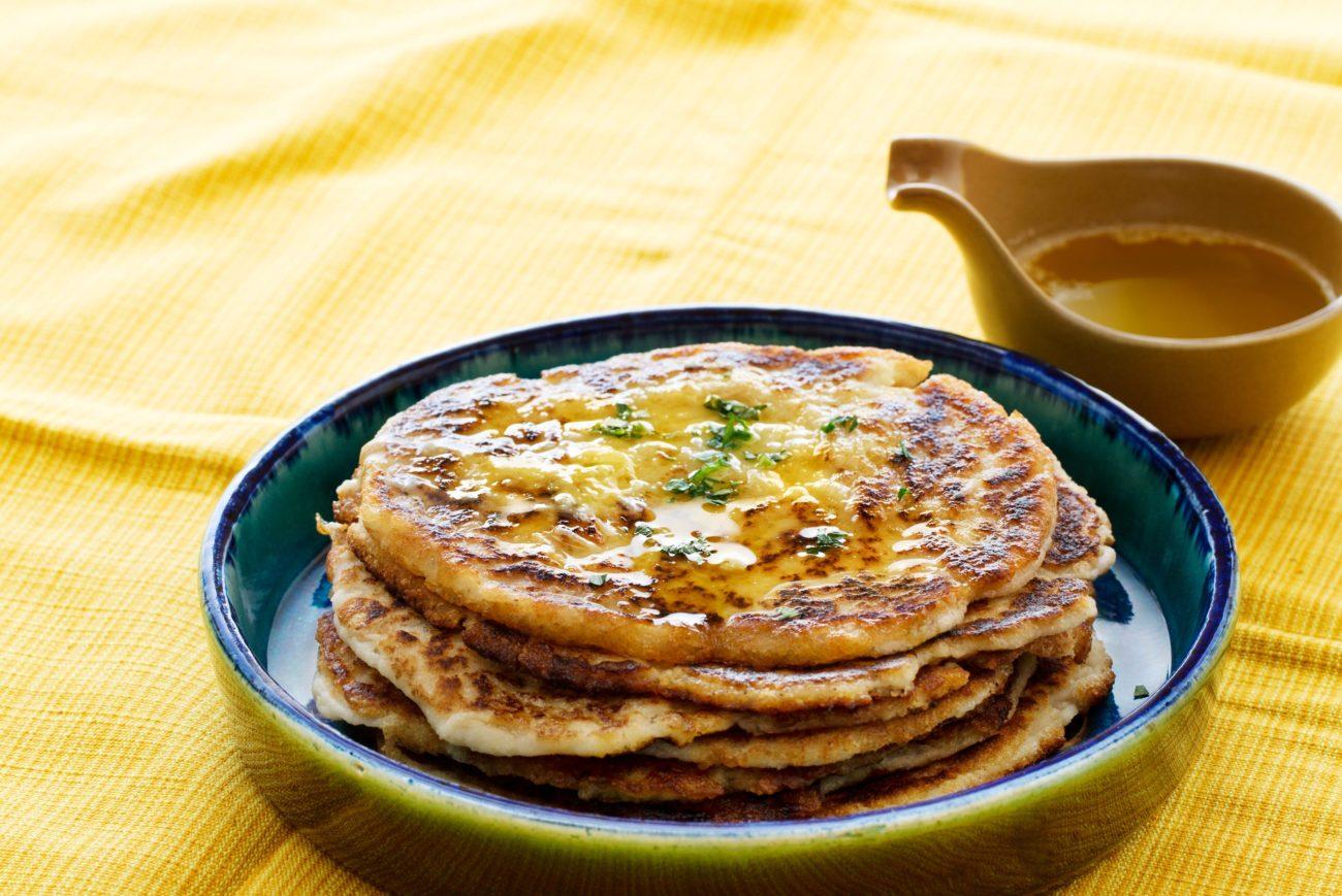 Индийский хлеб Наан с топленым чесночным маслом