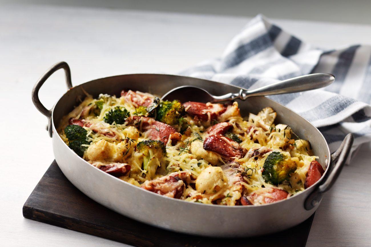 Запеканка из брокколи и цветной капусты с колбасой