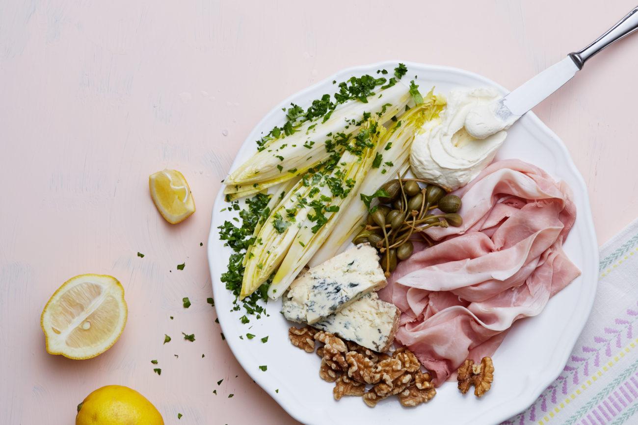 Салат с ветчиной прошутто и голубым сыром