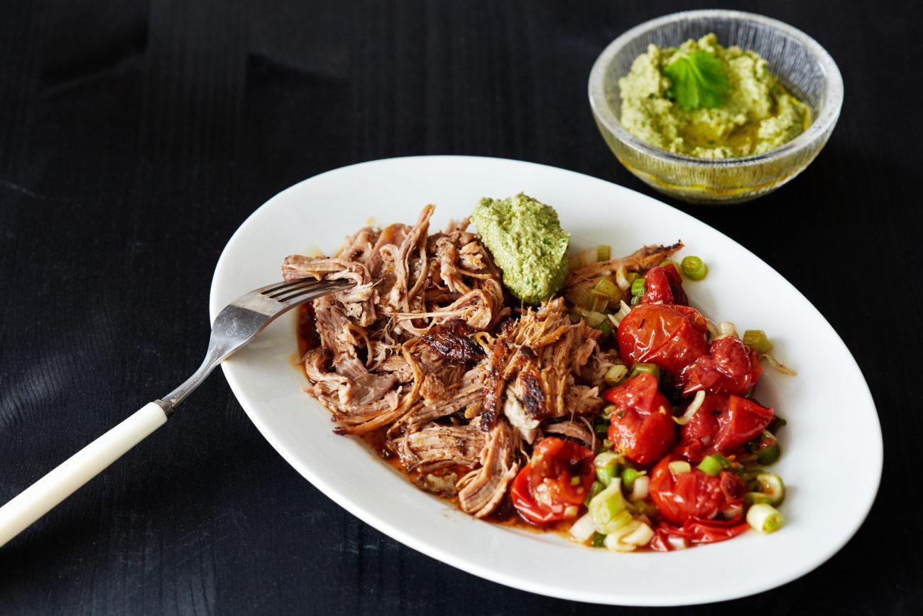 Рваная свинина с салатом из жареных помидоров