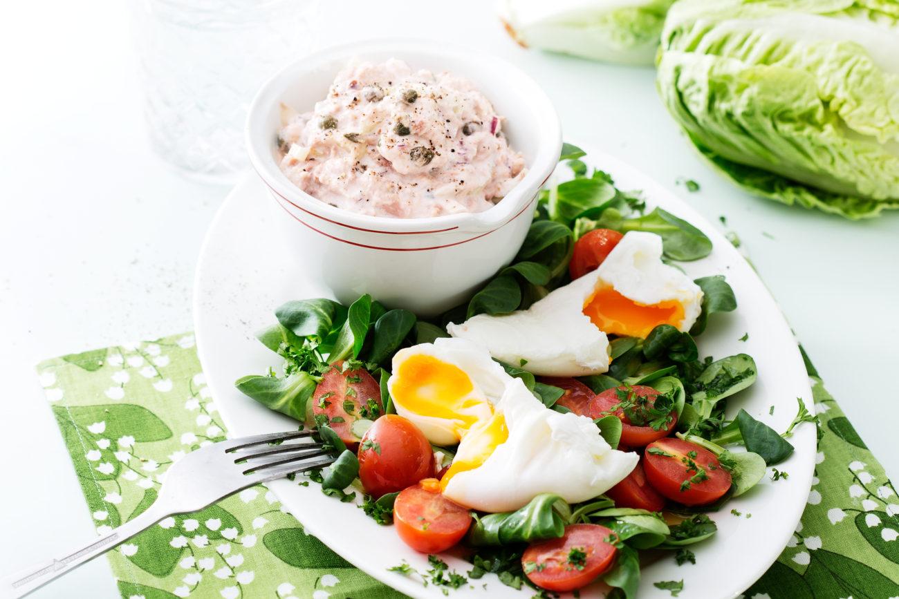 Кето-салат из тунца с яйцами пашот