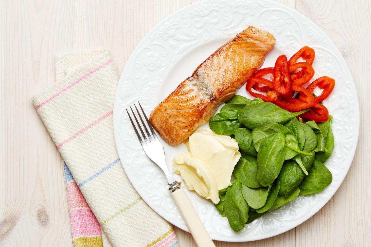 Кето-лосось с молодым шпинатом