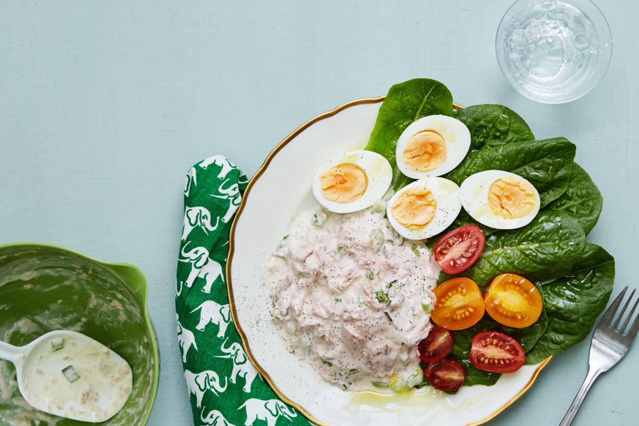 Салат с консервированным тунцом и яйцами