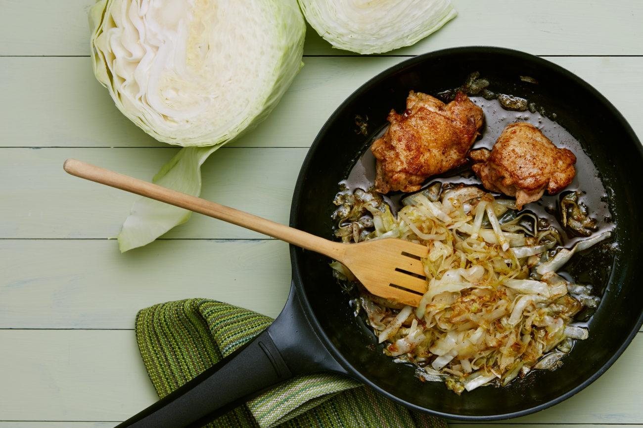Жареная курица с капустой