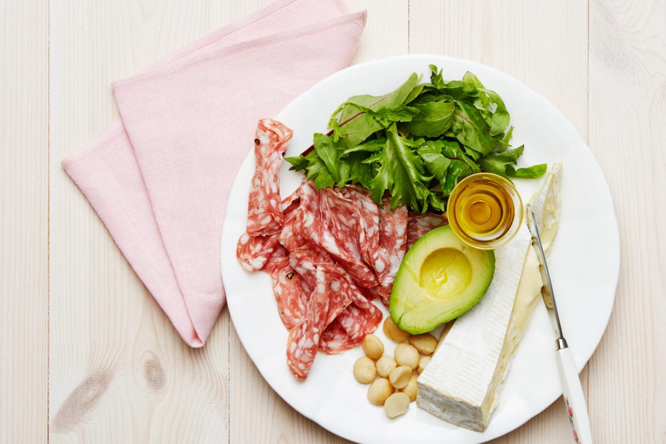 Кето-салат с салями и с сыром бри