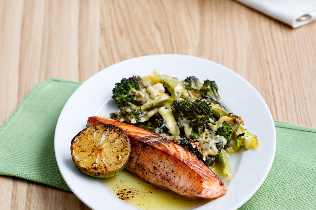 Жареный лосось с брокколи и сыром