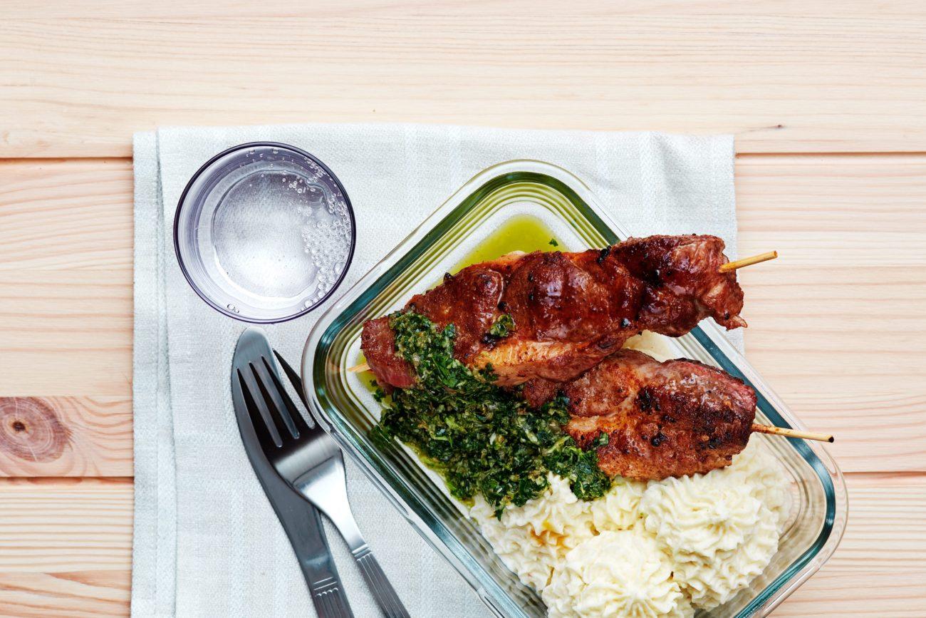 Свиные кето-шашлычки с пюре и зелёным соусом
