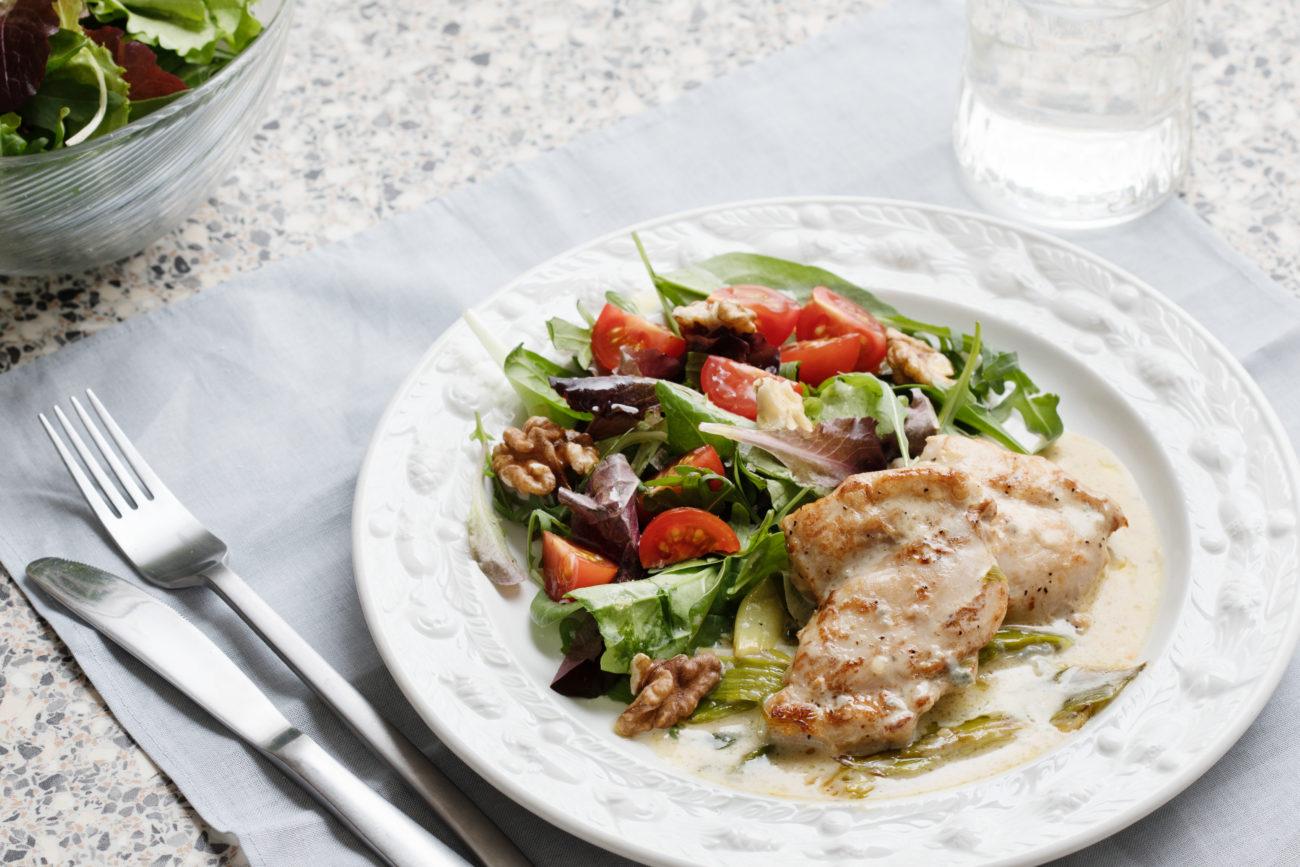 Курица с голубым сыром и салатом с грецкими орехами