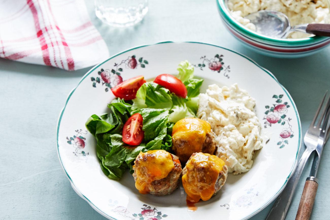 Сырные кето-фрикадельки с салатом из цветной капусты