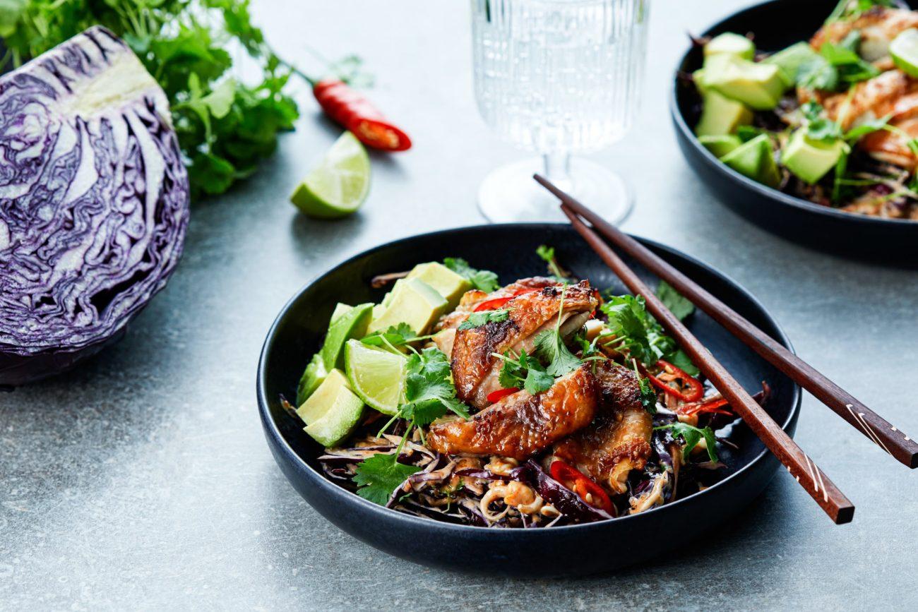 Кето-курица по-азиатски с капустным салатом с арахисовой заправкой