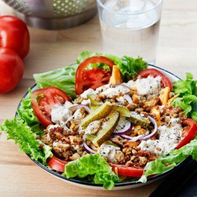 Слоеный кето-салат «Чизбургер»