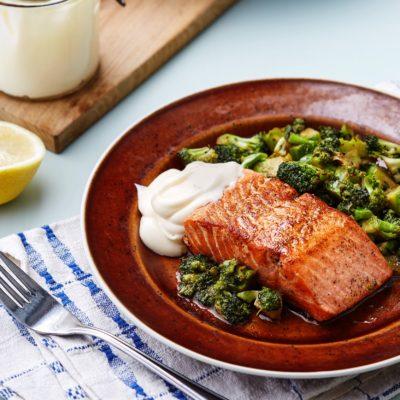 Жареный кето-лосось с брокколи и лимонным майонезом