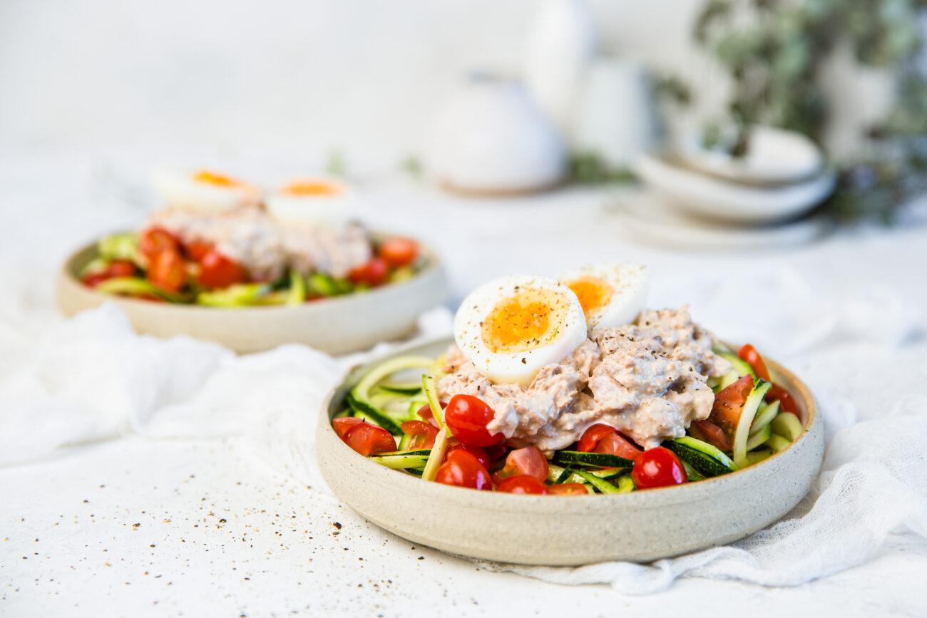 Быстрый и простой кето-салат с тунцом и овощными спагетти