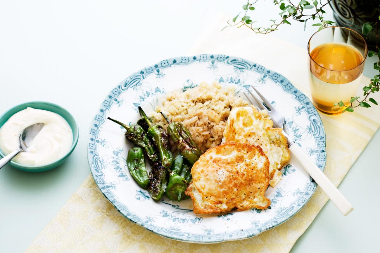 Жареная цветная капуста с яйцом и перцем Поблано