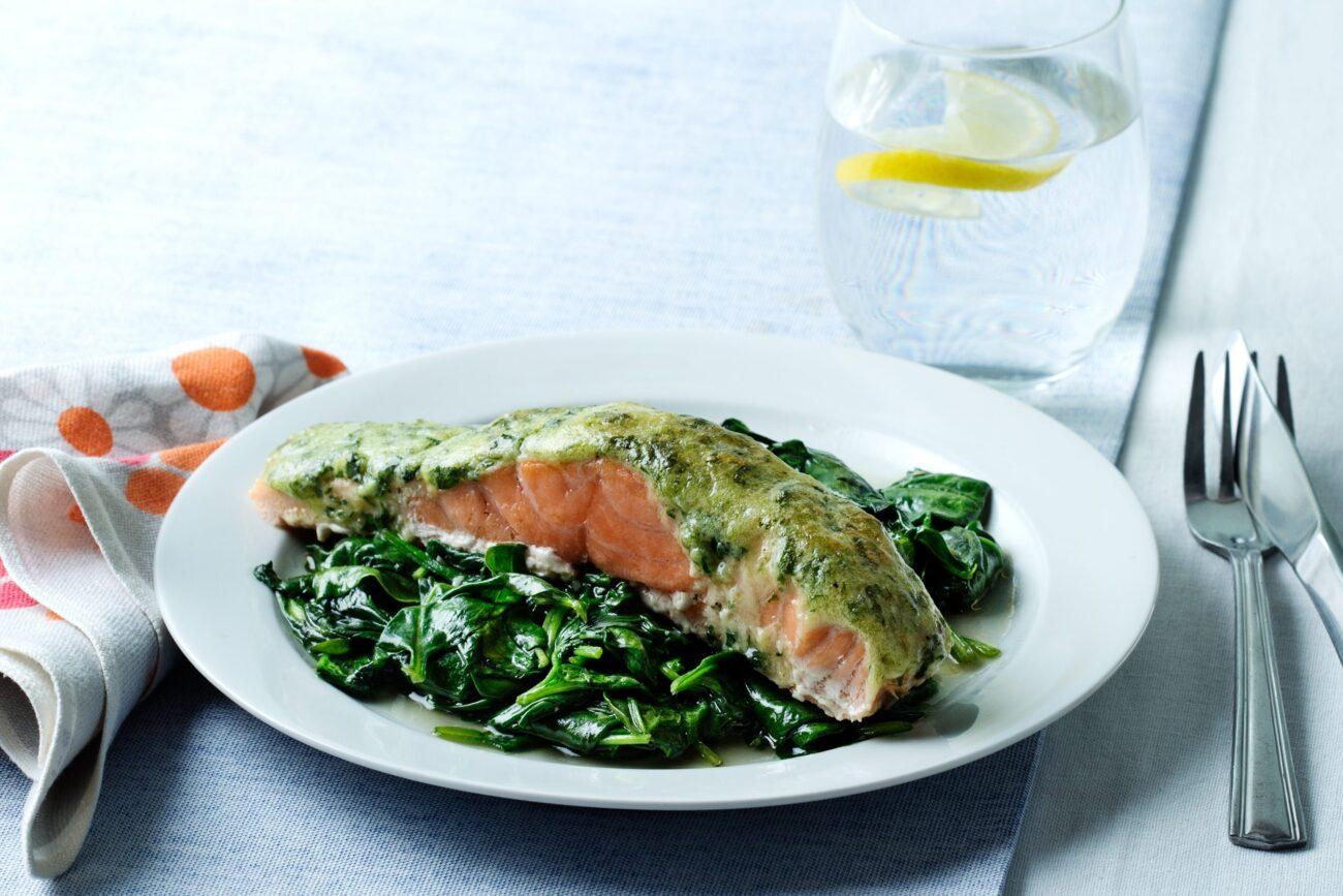 Кето-лосось с песто и шпинатом