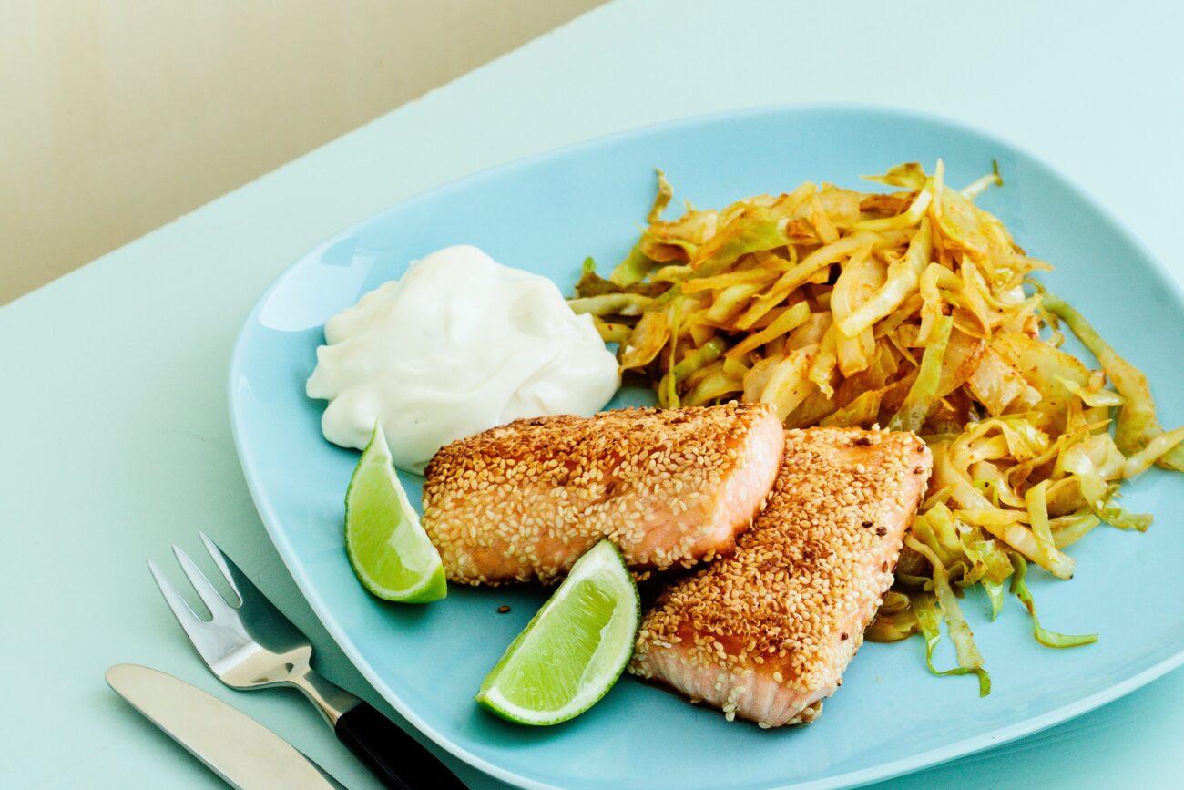 Кунжутный кето-лосось с капустой в тайском соусе карри