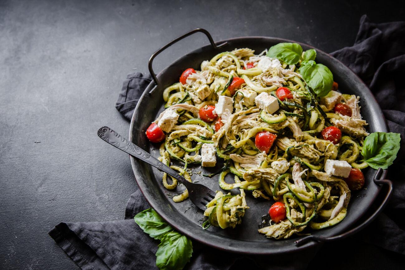 Куриный кето-салат с песто и овощными спагетти