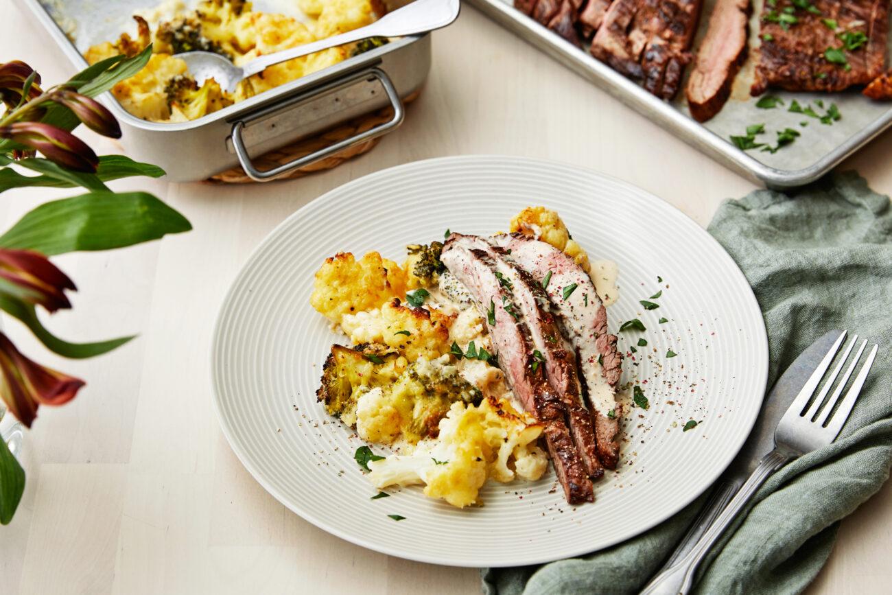 Фланк-стейк с перечным соусом и гратеном из цветной капусты и брокколи